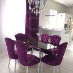 Фиолетовые стулья с мягкой обивкой