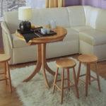 Деревянные табуретки с круглыми сидениями