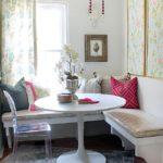 Белый столик на сером коврике