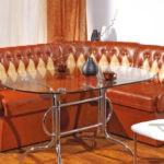 Удобный диван с кожаной обивкой