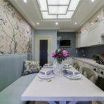 Узкий диван вдоль стены кухни в маленькой квартире