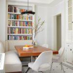 Белые стулья около деревянного стола
