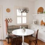 Круглый стол на кухне в сельском доме