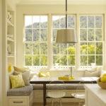 Желтые подушки на кухонном диванчике