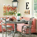 Серая обеденная группа и диванчик с розовой обивкой