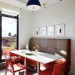 Красные стулья за белым столом