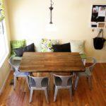 Пластиковые стулья и деревянный стол