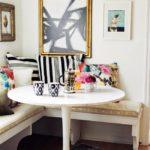 Круглый стол для завтраков в кухне квартиры