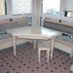 Столик для обедов семьи из трех человек
