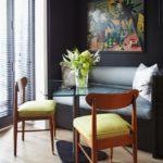 Деревянные стулья с мягкими подушками