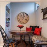 Большие часы с римскими цифрами на стене кухни