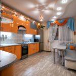 Ламбрекен из разноцветной ткани на окне кухни