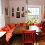 Оранжевые подушки на кухонном диванчике