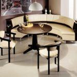 Стеклянные фужеры на темно-коричневом столике