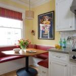 Красная обивка кухонного уголка