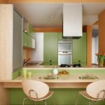 Зеленая мебель в кухне с барной стойкой