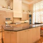 Светлая занавеска на панорамном окне кухни