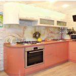Угловая кухня со встроенной бытовой техникой