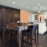 Темная мебель в интерьере кухни-столовой