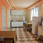 Керамический пол в клетку в просторной кухне