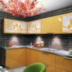 Дизайн кухни с оригинальной люстрой