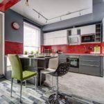 Красный фартук в серой кухне
