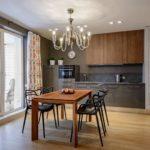 Светлые шторы в интерьере кухни