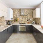 Мелкая мозаика на стене кухни