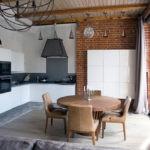 Светлая кухня с кирпичной отделкой