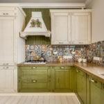 Бежево-зеленая кухня в современном стиле