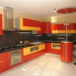 Желто-красная мебель в интерьере кухни