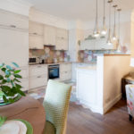 зонирование кухни-гостиной низкой перегородкой