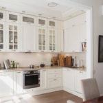 интерьер кухни со шкафами до потолка