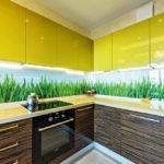 Зеленая трава на кухонном фартуке