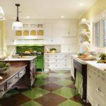 Зеленая плитка на кухонном полу