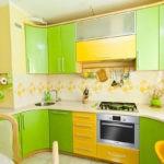 Яркая кухня в желто-зеленых тонах