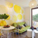 Зеленый диван в кухне частного дома