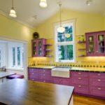 Сиреневый гарнитур в кухне с желтой отделкой стен