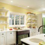 Светлая кухня с открытыми полками вместо шкафов