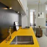 Кухонный гарнитур с желтой столешницей