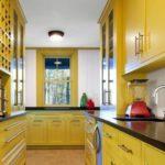 Кухонная мойка в черной столешнице
