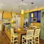 Большая кухня в деревенском стиле