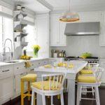 Желтые подушки на белых стульях