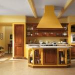 Желтая вытяжка над кухонным островом