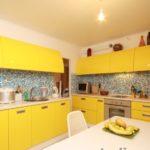 Бежевый потолок в кухне городской квартиры