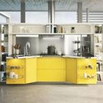 Кухонный остров с желтыми фасадами