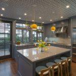 Желтые светильники в серой кухне
