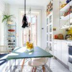 Обеденная зона в кухне с линейным гарнитуром