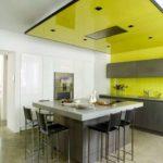 Желтый потолок в интерьере кухни