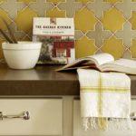 Открытая книга с рецептами на кухонной столешнице